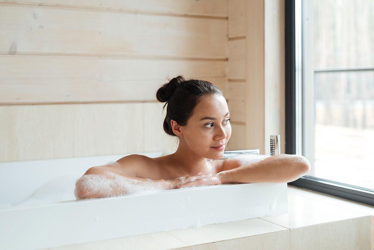 Mujer dándose un baño relajante antes de dormir