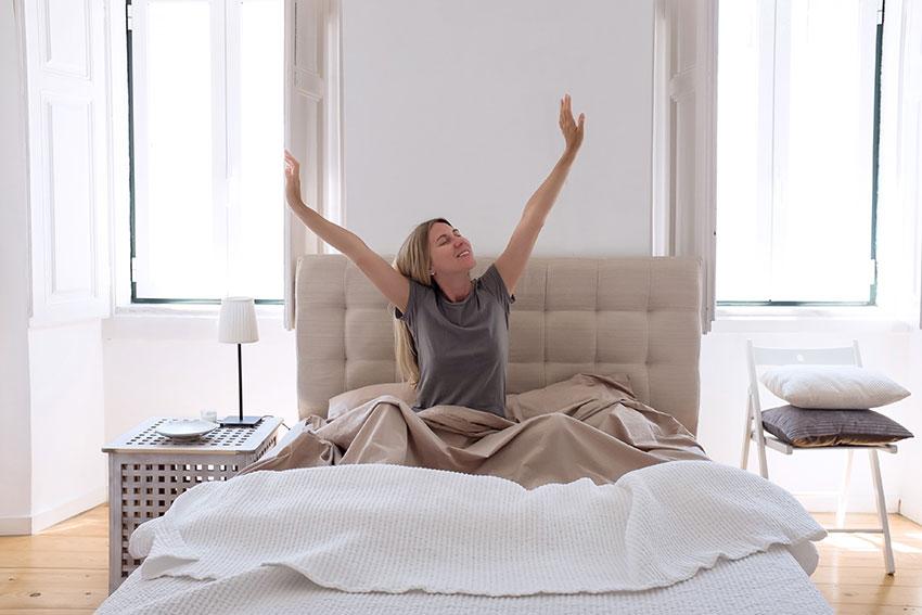 Chica despertándose por la mañana en su dormitorio.