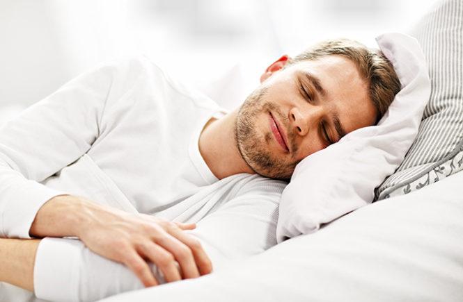 Imagen de un hombre descansando en su cama