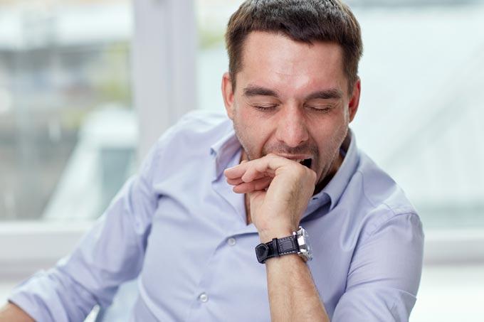Hombre con astenia primaveral padece de sueño durante el día debido a sus cambios biológicos