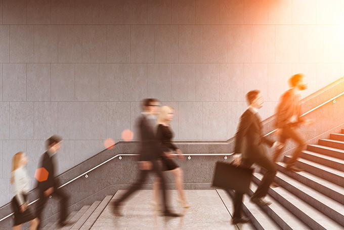 Gente con traje yendo a trabajar como parte de su rutina diaria