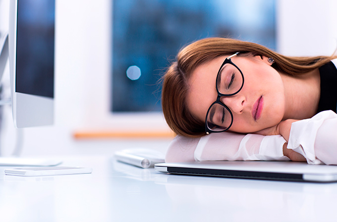 Chica dormida en la oficina