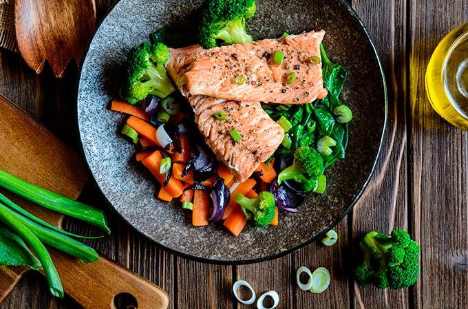 Plato de comida saludable con verduras y salmón