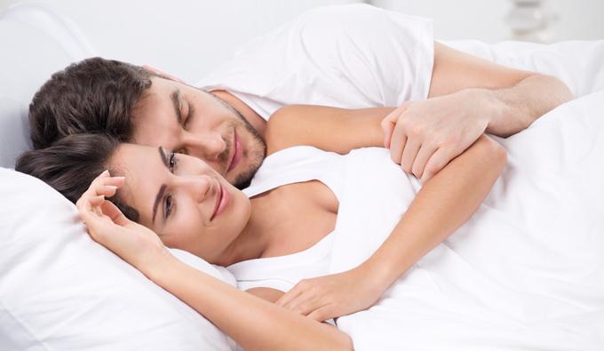SB-descanso-somniloquia-chica-sonriendo-cama