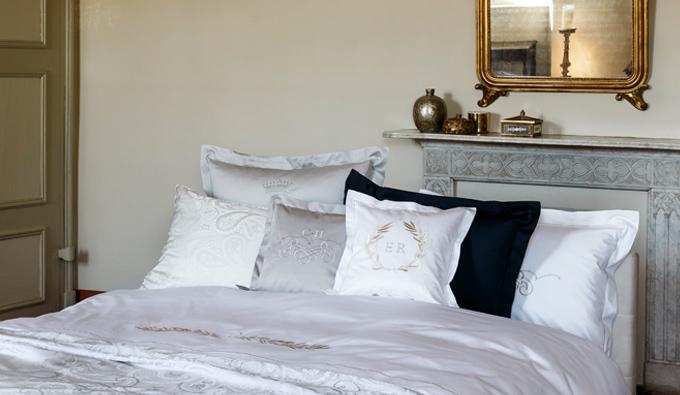 Cama con ropa de cama de la colección Luxury Nights de Christian Fischbacher