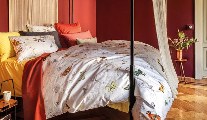 Habitación con una cama con ropa de cama de Christian Fischbacher