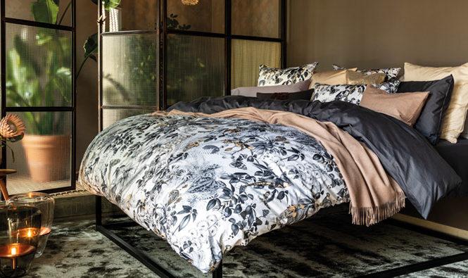 Habitación con una cama vestida con ropa de cama de Christian Fischbacher