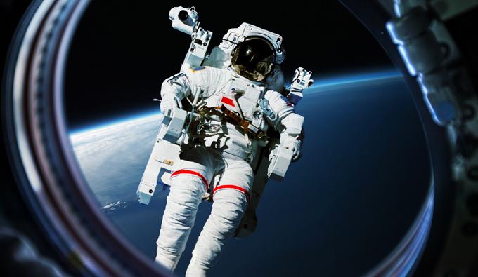 Astronauta en el espacio visto desde la nave