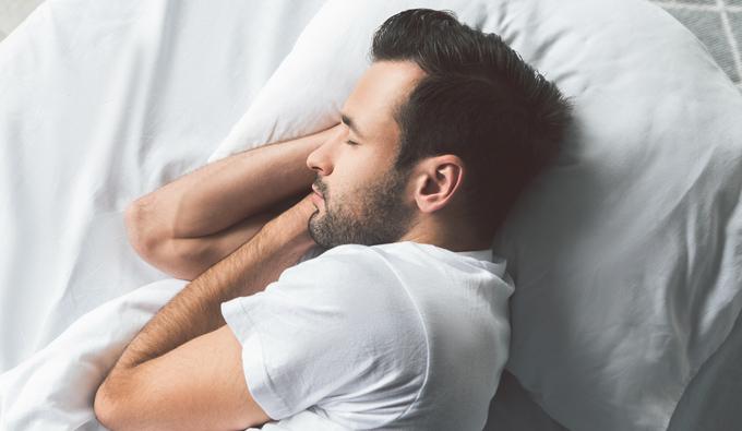 Chico durmiendo plácidamente en la cama