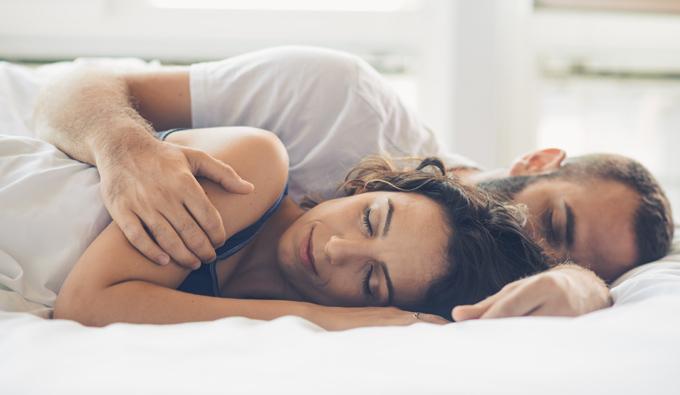 Pareja durmiendo plácidamente en una cama