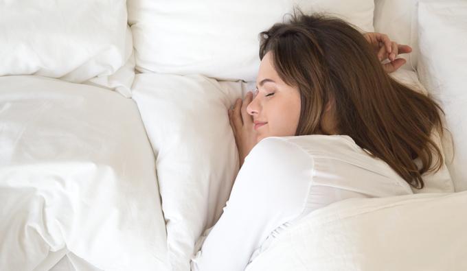 Chica durmiendo placidamente en la cama