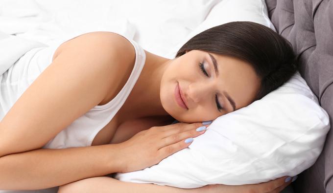 Chica durmiendo con la cabeza sobre la almohada