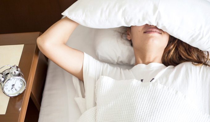 Chica cansada con problemas de astenia