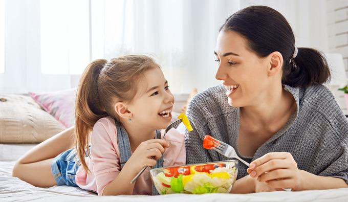 Madre e hija comiendo saludable para un mejor descanso