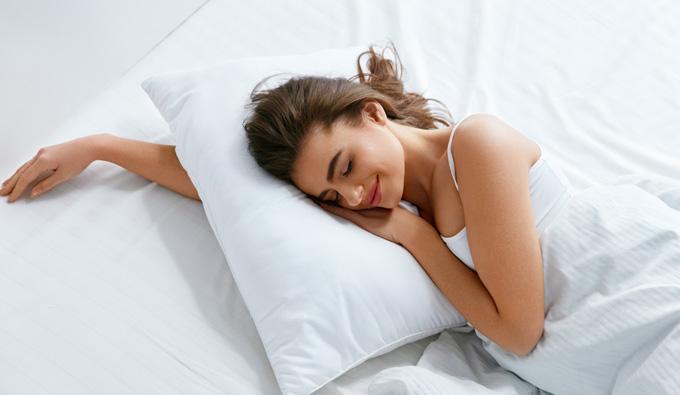 Chica en la cama abrazando almohada