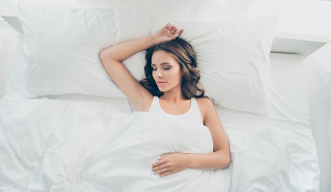 Mujer descansanso en la cama