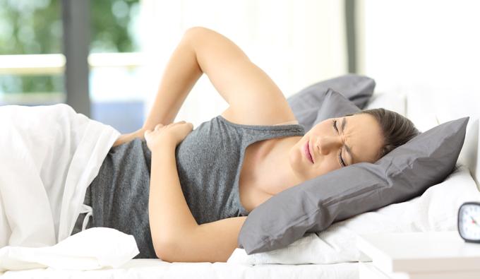 Mujer en la cama sin poder dormir