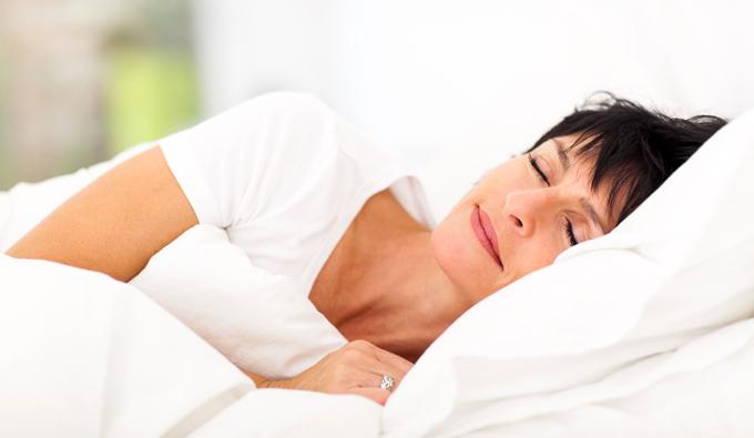 Mujer mayor durmiendo en la cama
