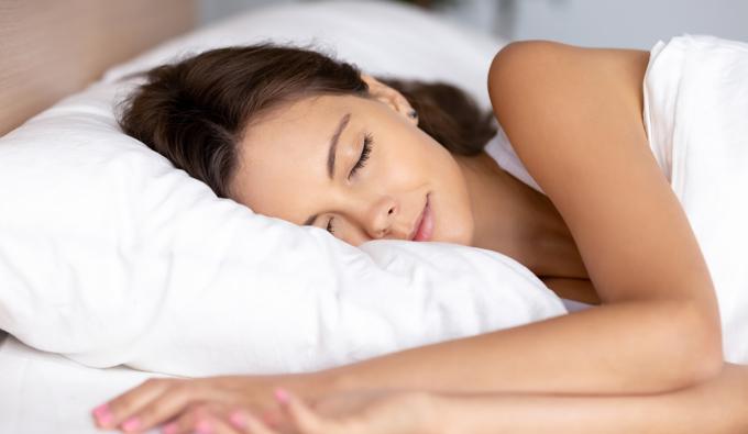 Chica durmiendo en la cama