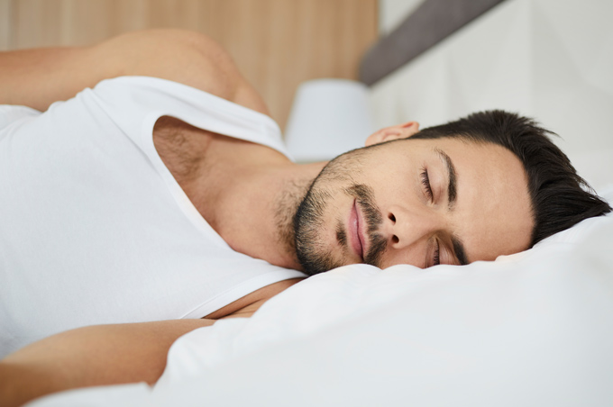 Chico durmiendo y descansando de lado izquierdo