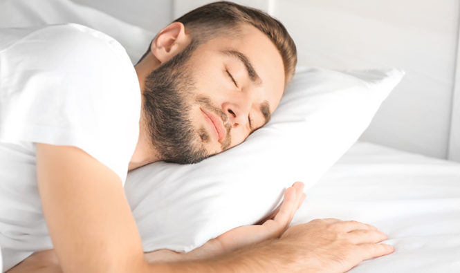 Chico durmiendo y descansando