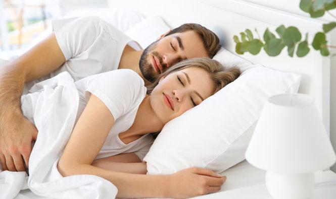 En verano descansar es importante. Pareja durmiendo
