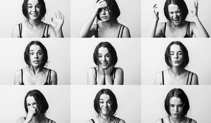 Chica expresando emociones diferentes