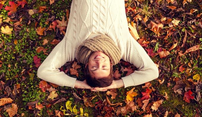 hombre descansando en otoño